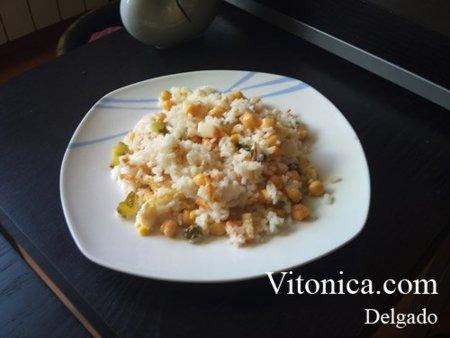 Ensalada de arroz, garbanzos, atún y huevo. Una buena opción para el verano