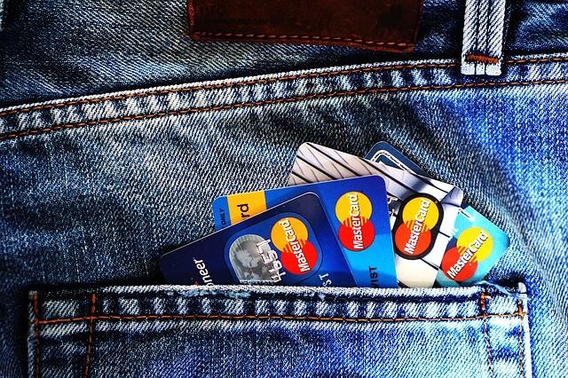 Tarjetas de crédito en bolsillo pantalón.