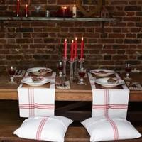 Mesa de fiesta rústica en blanco y rojo