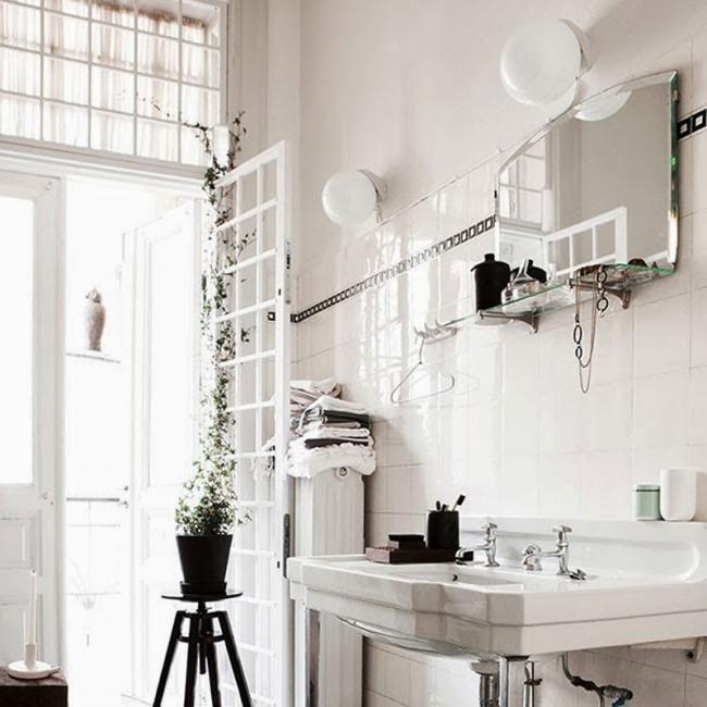 """Accesorios De Baño Colocados:Un baño """"vintage"""" en blanco y negro típico de una casa modernista"""