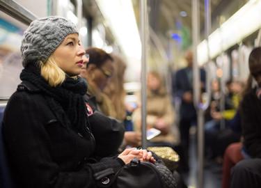 Una embarazada quería premiar al primer hombre que le cediera el asiento en el metro. Tuvo que esperar al octavo mes de su segundo embarazo