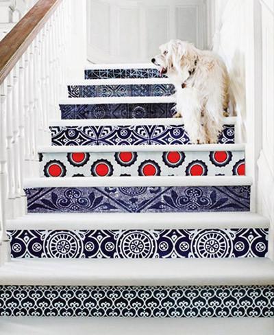 Escalera con papel pintado
