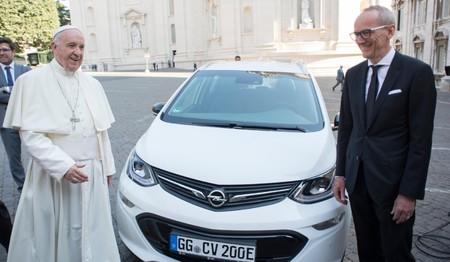 ¡El e-Papamóvil! El Papa Francisco estrena auto eléctrico, un Opel Ampera-e