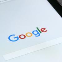 La app de Google desvela acceso con sistema biométrico, más funciones para Nest y un tutor para pronunciar palabras