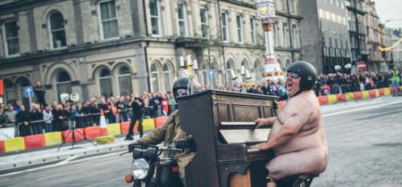 Carreras con motos viejas y gordos desnudos tocando el piano. Todo esto podrás ver en el Classic TT 2017