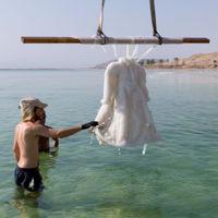 Esto es lo que pasa cuando sumerges durante dos años un vestido en el Mar Muerto