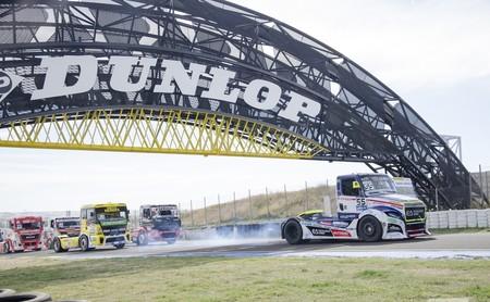 Bestias de 5 toneladas y 1.500 CV golpeándose a 160 km/h: así son las carreras de camiones en el Jarama