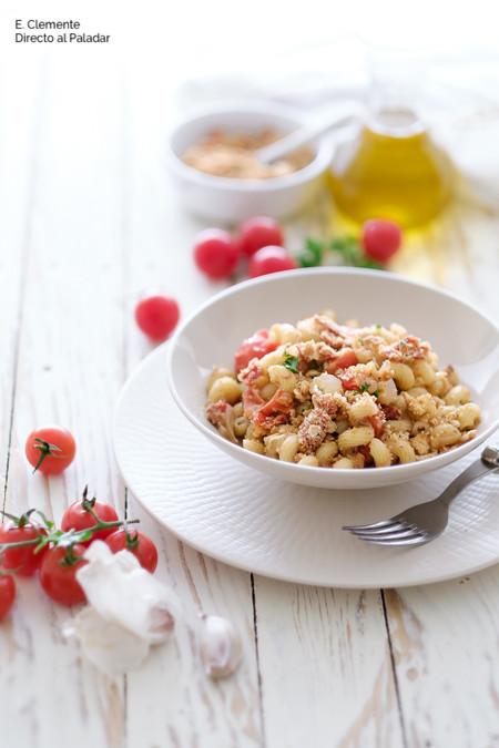 Pasta con pan crujiente, tomates cherry y anchoas