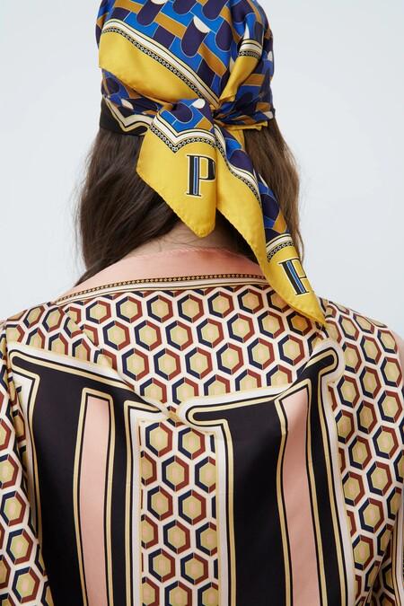 Zara sabe cómo conquistar a su público y su colección de pañuelos con iniciales es un ejemplo