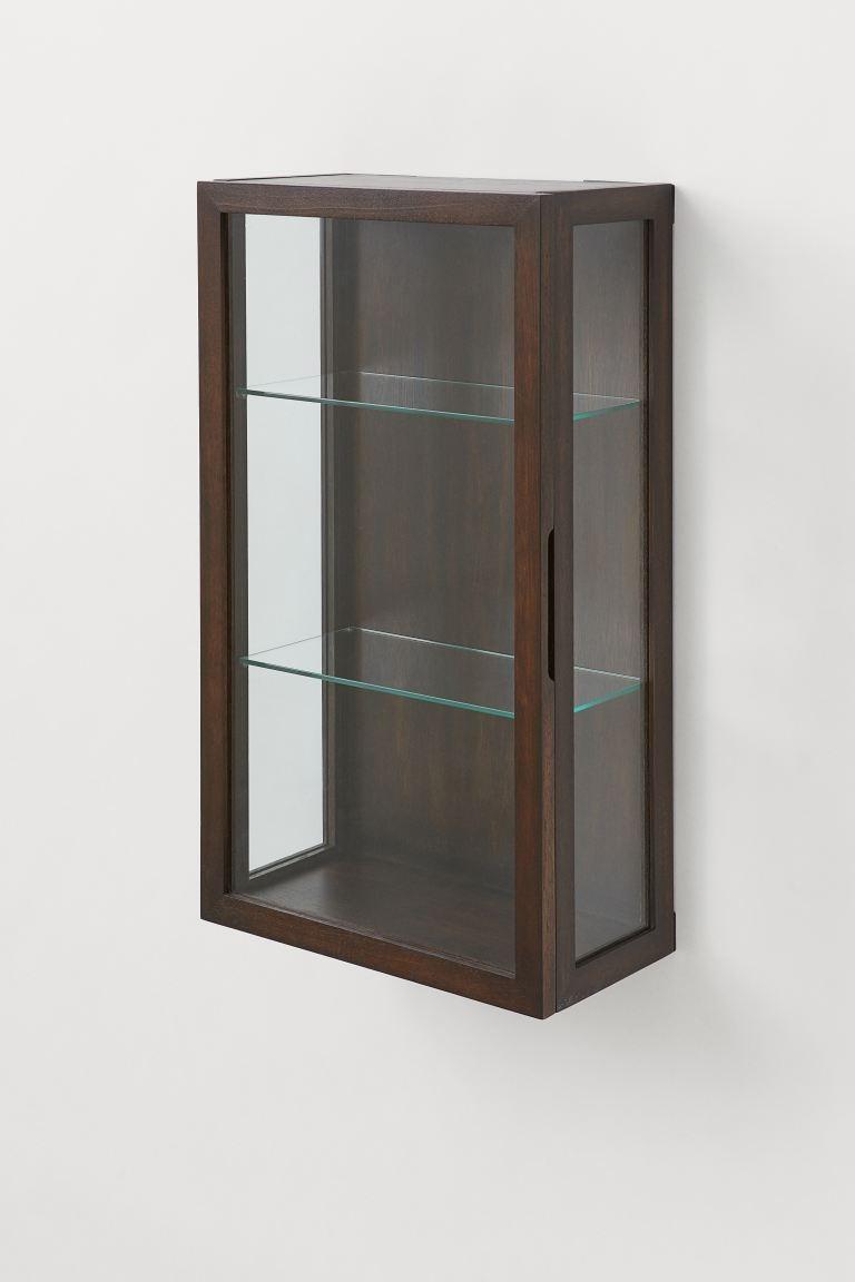 Armario de pared en madera con laterales, puerta y dos estantes de cristal.