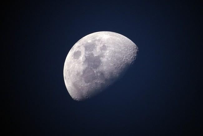 La presencia de hielo en los polos de la Luna es un hecho: se ha observado la evidencia definitiva