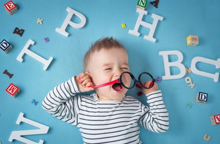 Bebé molesto, rodeado de letras