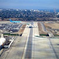 Desde hace una década más de 100 empleados del aeropuerto de Los Ángeles viven en su parking