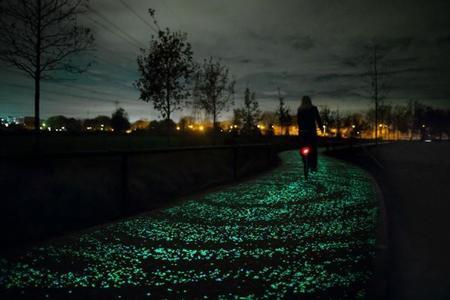 Solo en Holanda puede existir un carril-bici como éste: se ilumina de estrellas por la noche