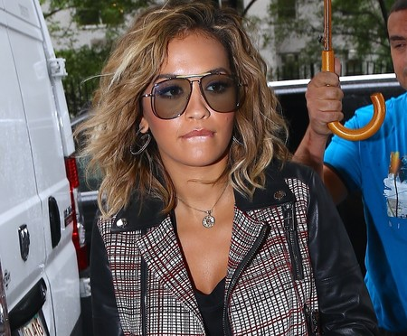El mismo conjunto con falda o con pantalón. ¿Con qué Rita Ora te quedas hoy?