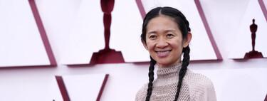 Chloé Zhao, la directora de Nomadland, opta por unas zapatillas blancas para pisar la alfombra roja de los Premios Oscar 2021