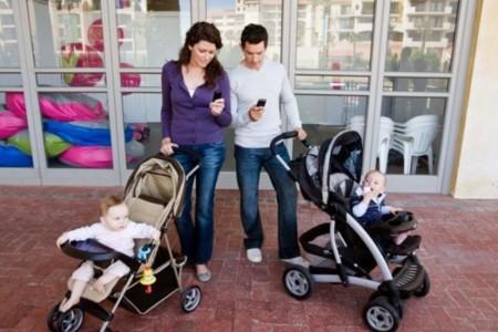 """La nueva """"crianza distraída"""" o cuando miramos el móvil más que a nuestros hijos ¿a tí también te pasa?"""