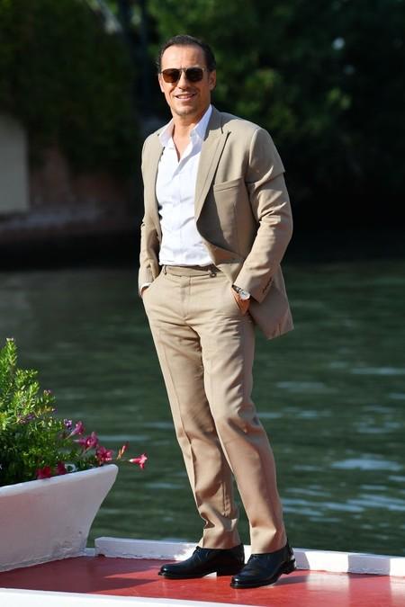 El Tan Suit Se Corona Como Clave Para Lucir En Los Ultimos Destellos De Verano Y En El Festival De Venecia 2