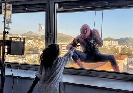 Spiderman se descuelga por una fachada para felicitar la Navidad a los niños hospitalizados con cáncer en Málaga