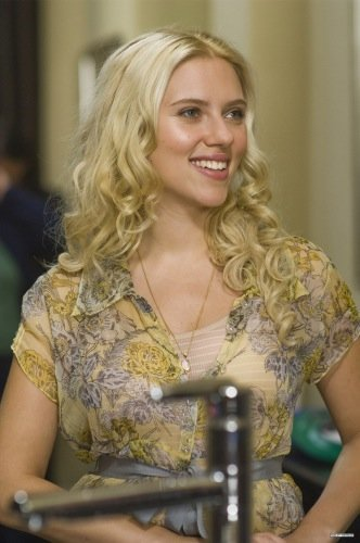 Scarlett Johansson le tira piropos a Ryan Reynolds mientras él le come el morro a Blake Lively
