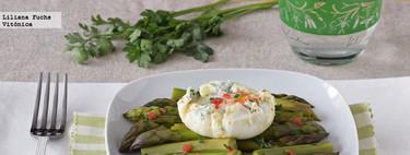 Espárragos al vapor con huevo poché. Receta saludable
