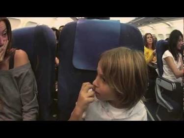 Un avión de Spanair se cruza con Papá Noel y éste felicita la Navidad a los niños pasajeros