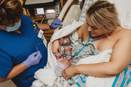 Una mamá enfermera realiza las primeras pruebas a su propio bebé después de nacer