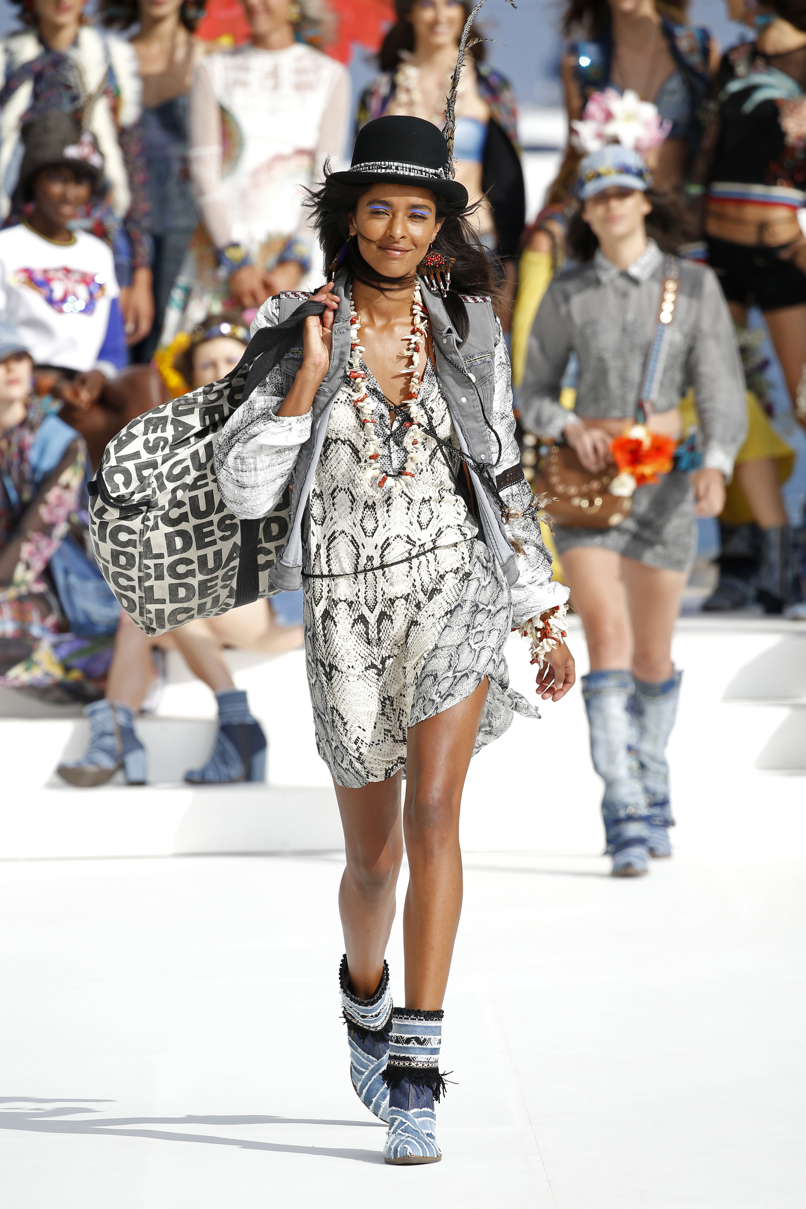 Foto de Desigual ha sido la firma encargada de inaugurar la primera edición de la pasarela Mercedes-Benz Fashion Week Ibiza (9/24)