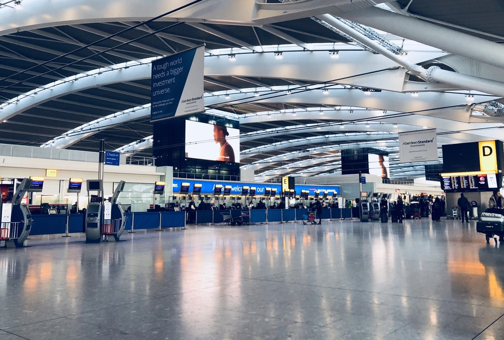 El aeropuerto londinense Heathrow paraliza sus salidas por un avistamiento de drones