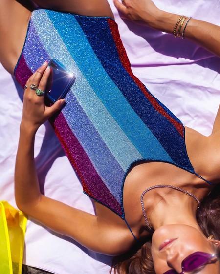 Las chicas de moda visten su verano 2020 con un bañador a rayas multicolor: siete modelos para triunfar con muy poco