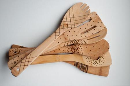 cucharas de madera estampadas con relieve