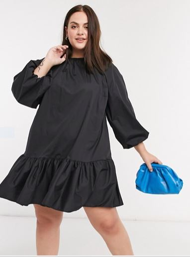 Vestido corto y amplio de color negro de popelina de algodón con sobrefalda en el bajo