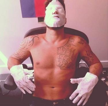 Mascarilla por aquí, manicura por allá... ¡Así se mantiene Ricky Martin hecho un mozo!