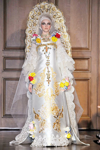 c7adc40b4 Christian Lacroix no se queda corto y sus novias en lugar de pasar por el  altar parece que van a ser colocadas encima de él en forma de retablos  barrocos o ...