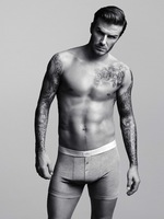 En casa de Brad Pitt, el que va debajo de los pantalones es David Beckham