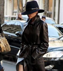 Victoria Beckham combate el frío con un abrigo de cuero de Loewe