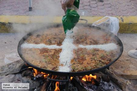 Echando Arroz Dia De Las Paellas Benicassim