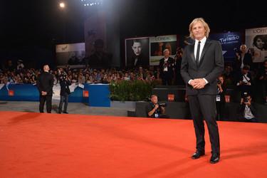 Del traje a la camiseta a los 50, Viggo Mortensen puede con todo