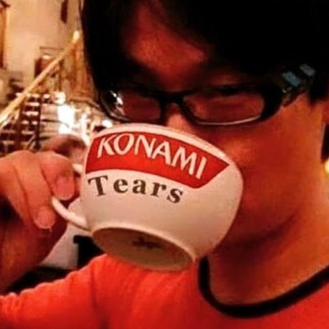 Hideo Kojima se bebe las lágrimas de Konami en esta foto de Norman Reedux.