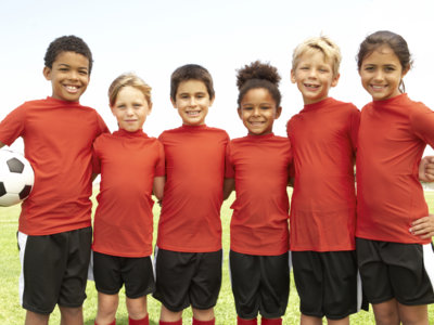 Un entrenador de fútbol de niños que es un ejemplo de deportividad y empatía