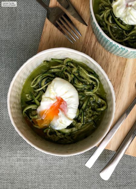 Espaguetis de calabacín al pesto con huevo poché, receta fácil y rápida con vídeo incluido