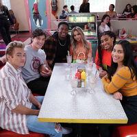 'Salvados por la campana', renovada: la reimaginación de la sitcom de instituto tendrá temporada 2