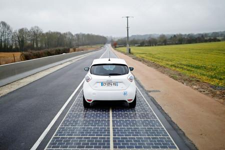 Vehículo eléctrico en carretera solar francesa