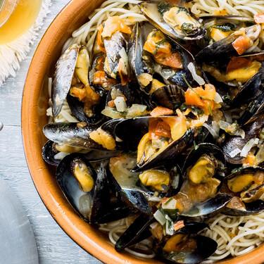 Mejillones a la marinara con espagueti. Receta fácil