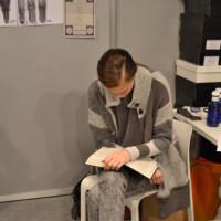 Alla Kostromichova leyendo en el backstage de Martin Lamothe. Mercedes-Benz Fashion Week Madrid Otoño-Invierno 2014/2015