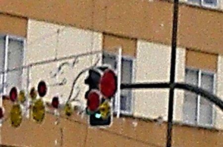Decoraciones navideñas tapando un semáforo