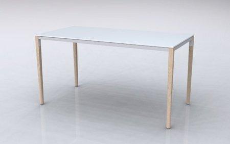 Un escritorio con complementos de colores