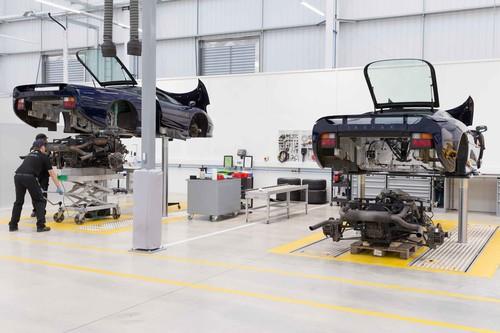 Intenta no mojar el teclado: así es por dentro Jaguar Land Rover Classic Works