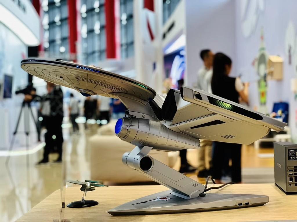 El último PC de Lenovo es esta espléndida representación de la USS Enterprise de Star Trek