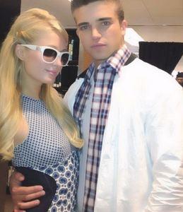 Paris Hilton se apunta a la moda de los <em>toy-boys</em>... ¡vaya bollicao, guapa!